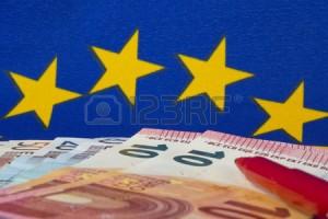 35988474-euro-notes-et-crayon-rouge-drapeau-de-l-ue-2